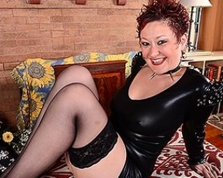 Kinky American housewife shwoing you her dirty bits
