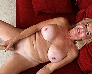 This American mature lady loves to play with her pussy