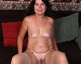 American mature slut playing with herself