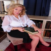 Naughty Karen Summer is a horny housewife