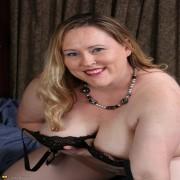 Curvy big booty American housewife getting frisky