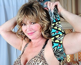 Horny American housewife playing with herself on the couch