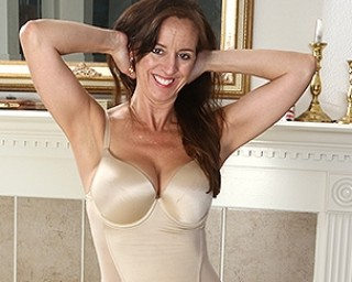 This American housewife loves fooling around
