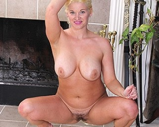 American MILF Scarlet playing with her hairy pussy
